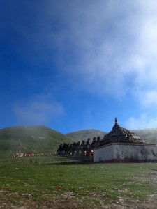緑の大草原と青空の下で、チベット民族の生活も垣間見ることができる