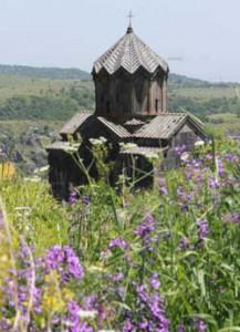 道中では古い石造りの教会のある景色が現れる