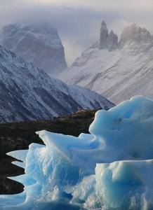 グレイ湖では、氷河から崩れた氷山が見えるでしょう。