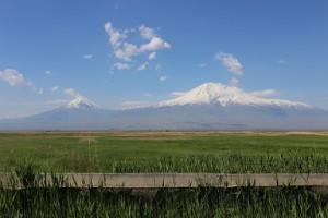 アルメニア富士ともいえる、アララト山。右の大アララトは5,137m、左の小アララトは3,896m。