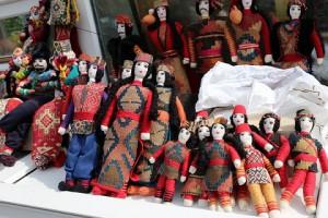まだまだ観光地化が進んでいないため、手作りの人形や木彫りの置物など素朴な品に出会えます。