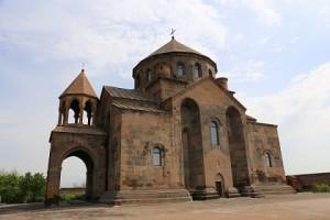 アルメニアはキリスト教をはじめて国教にした国。教会の形も独特の様式。写真はリプシメ教会。