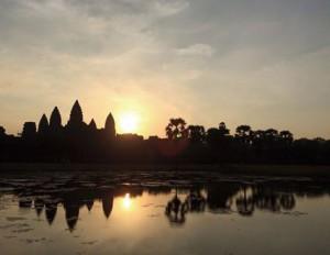 カンボジアを象徴するアンコールワットもしっかりと見学します