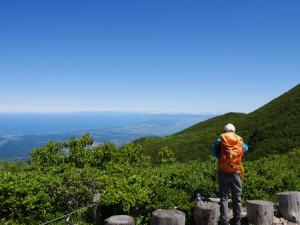 岩木山9合目。眼下に広がる津軽平野と奥は北海道
