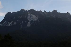 キナバル山の夜明け。 今回のスケジュールでは、キナバル山麓でも1泊して、自然観察しました。