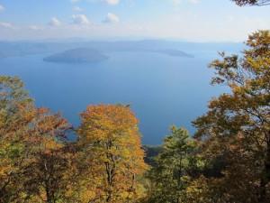 十和田湖と外輪山の紅葉
