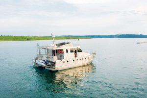 このようなボートでバイカル湖を移動します