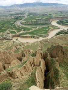 上流にもかかわらずゆったり大きな黄河と手前の切り立った崖が印象的